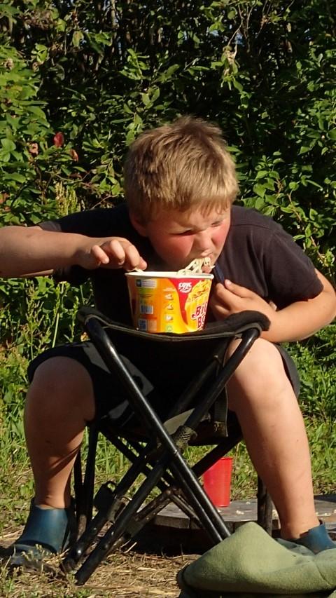 Poika popsii spagettia