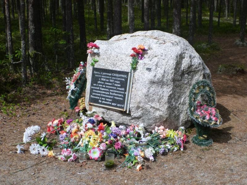 Sandarmoh; uusin Stalinin vainojen uhrien muistomerkki. Karhumäen - Poventsan välillä