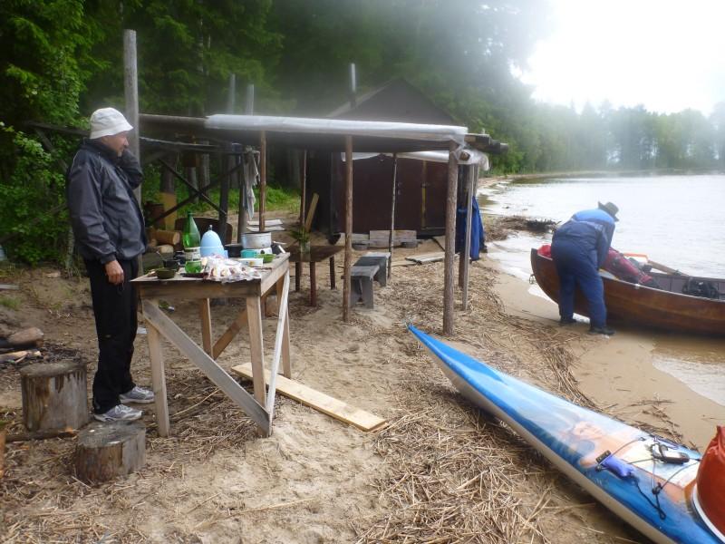Ruokatauko, kalamajan ulkokatoksen suojissa