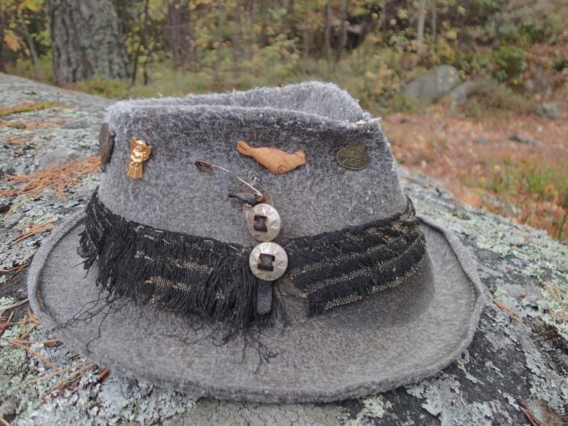 Pekan hattu huilaa kalliolla omistaja teltassa