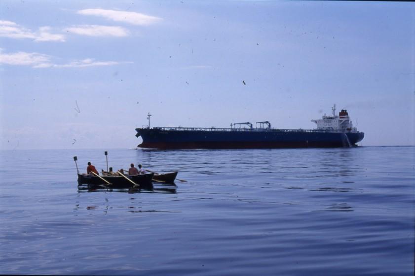 Pelkona oli jäädä tankkerin alle vilkkaalla laivaväylällä.