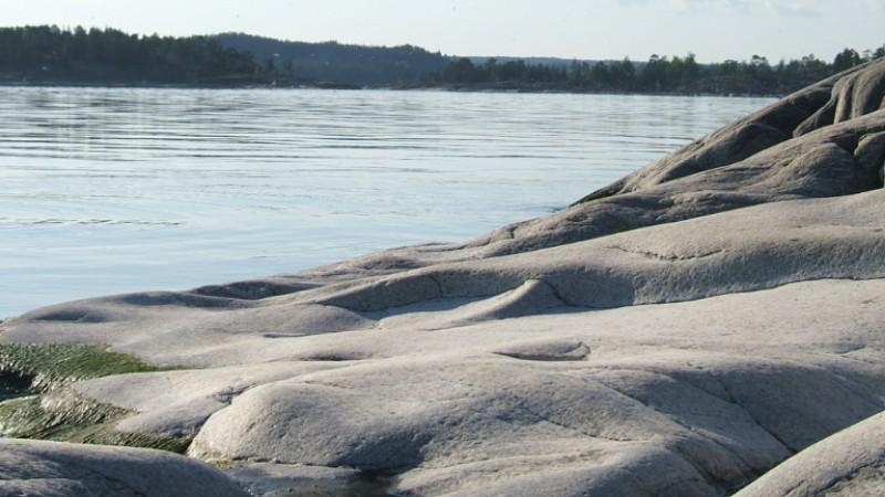 Kojonsaaren edessä olevan kallioluodon sileät kalliopinnat.