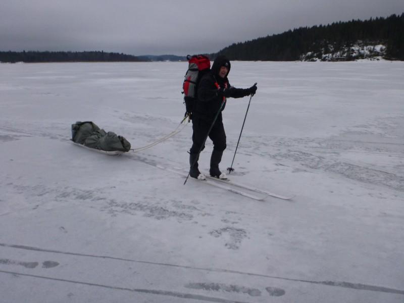 Ahkio hiihtoa Laatokalla.