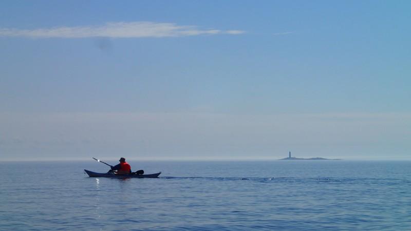 Pekka meloo Hanhiluodon-saaren ohi toivottavasti riittävän kaukaa