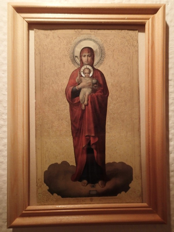 Neitsyt Marian ikonin kuva talvihotellin seinällä