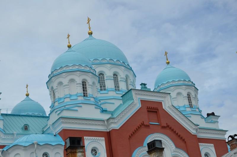 Valamon pääkirkon kupolit ovat samaa väritystä kuin Laatokka ja sitä ympäröivät kumpupilvet